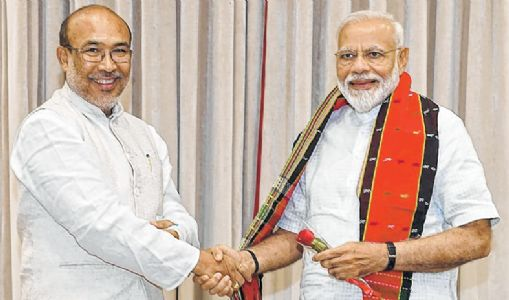 CM presents cash crunch, RBI ban to PM